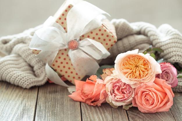 Coffret cadeau et roses fraîches. concept de vacances.