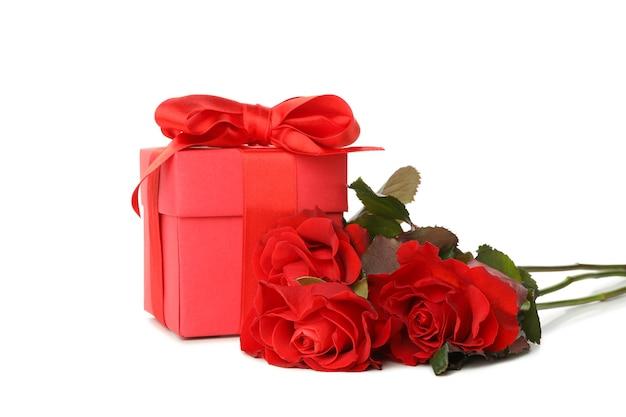 Coffret cadeau et roses isolé sur fond blanc