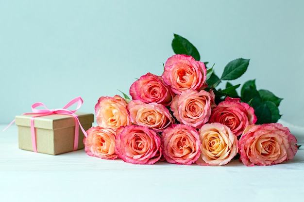 Coffret cadeau avec des roses roses.