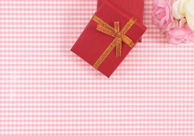 Coffret cadeau avec rouge isolé sur