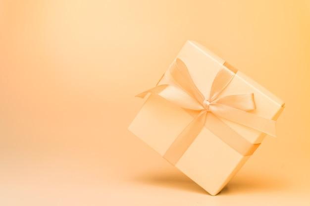 Coffret cadeau avec ruban beige