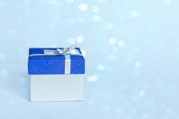 Coffret cadeau avec ruban bleu et noeud.