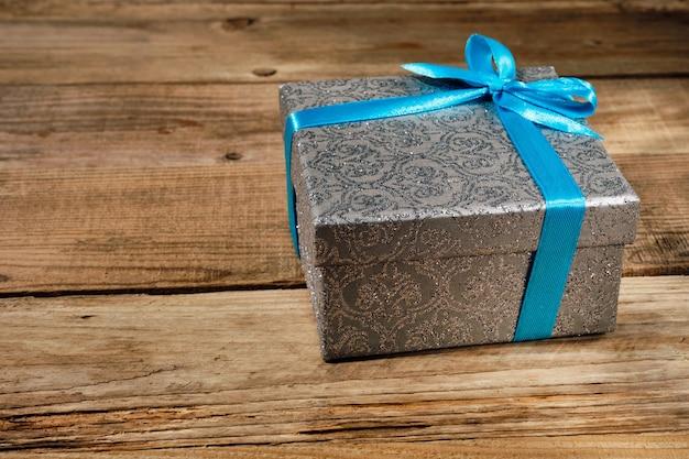 Coffret cadeau avec ruban bleu