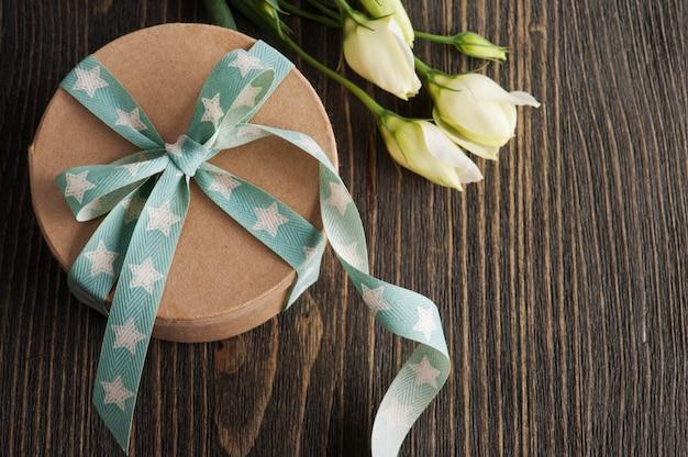 Coffret cadeau avec ruban étoile sur table rustique sombre