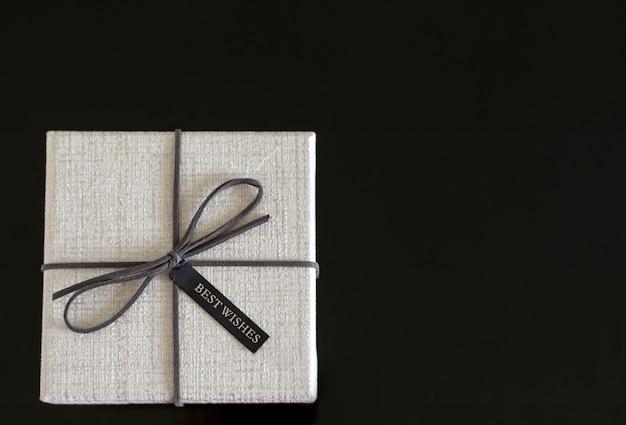 Coffret cadeau avec ruban sur fond noir.