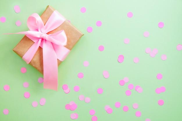 Coffret cadeau avec ruban rose