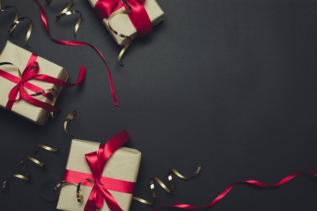 Coffret cadeau avec un ruban rouge avec des décorations de paillettes et d'or.