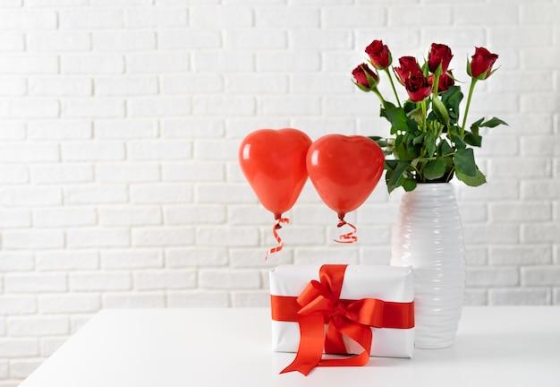 Coffret cadeau avec ruban rouge et grand arc pour la saint valentin