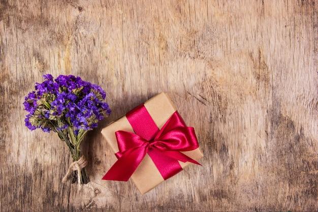 Coffret cadeau avec ruban de satin. arrière-plans et textures.