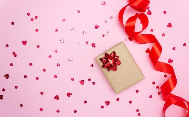 Coffret cadeau et ruban de satin rouge avec petits coeurs rouges