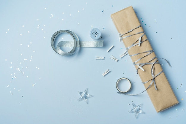 Coffret cadeau avec ruban sur table bleue