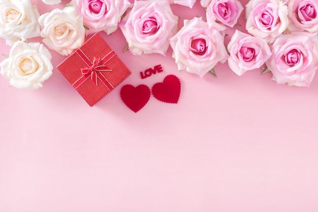 Coffret cadeau saint valentin avec coeurs rouges et roses sur fond rose