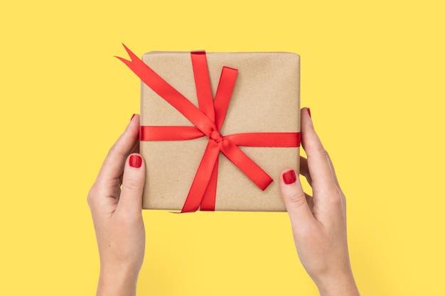 Coffret cadeau saint valentin tenu par les mains