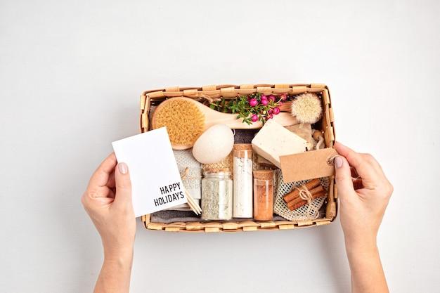 Coffret cadeau saisonnier avec des produits cosmétiques zéro déchet