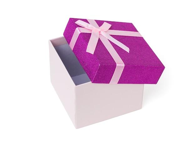 Coffret cadeau semi-ouvert isolé sur mur blanc. un cadeau de vacances.