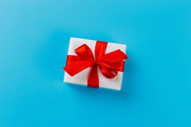Coffret cadeau sur surface bleue