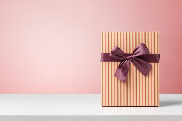 Coffret cadeau sur table blanche