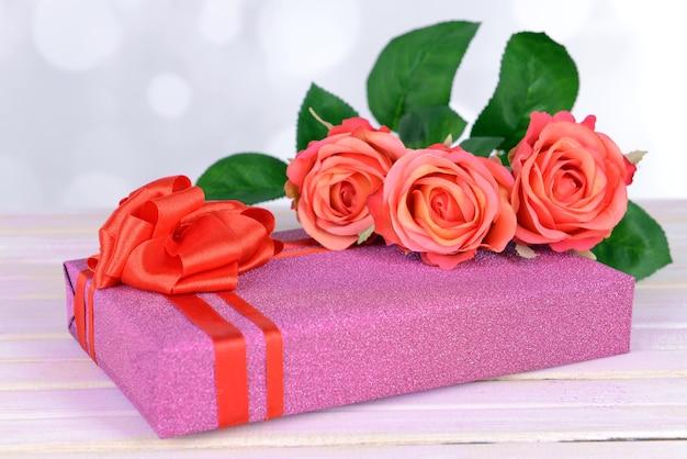 Coffret cadeau sur table sur surface claire