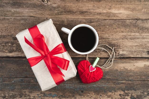 Coffret cadeau, tasse à café et coeur sur bois.