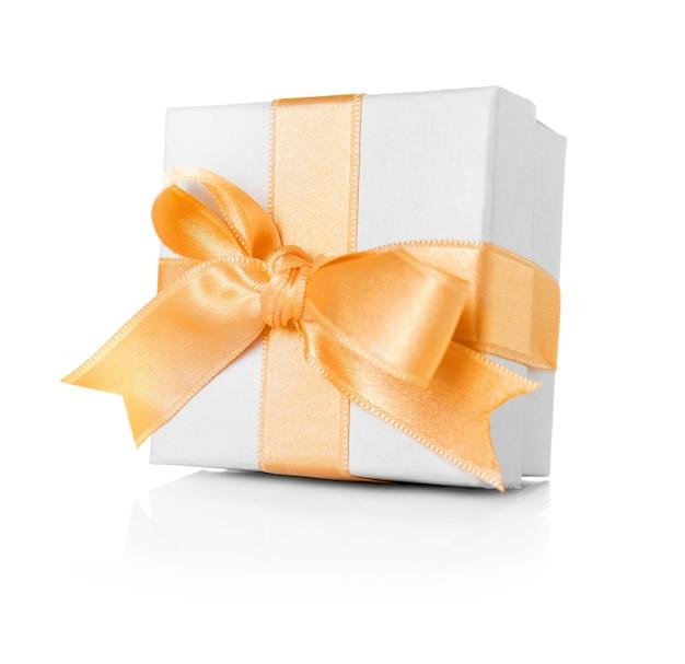 Coffret cadeau tendre avec ruban crémeux sur fond blanc