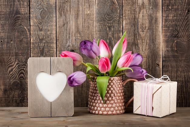 Coffret cadeau, tulipes colorées et cadre en forme de coeur