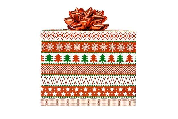 Coffret cadeau vert, rouge et blanc avec un ruban rouge et un arc, isolé sur fond blanc