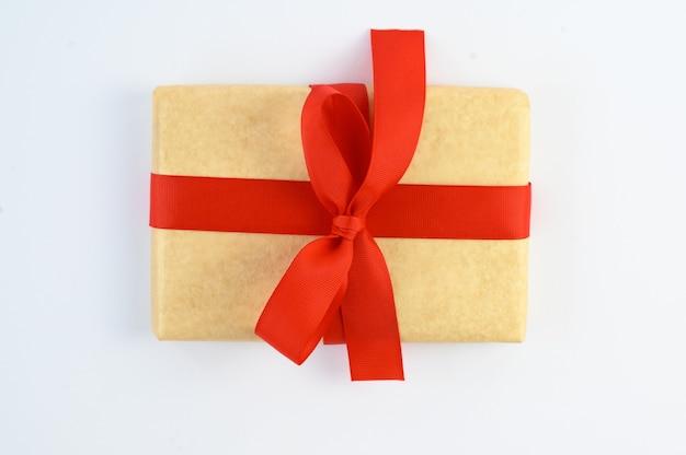 Coffret cadeau vintage emballé avec noeud de ruban rouge sur fond blanc isolé
