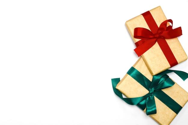 Coffret cadeau vintage emballé avec un noeud de ruban rouge sur fond blanc