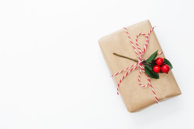 Coffret cadeau vue de dessus enveloppé dans du papier kraft, fond blanc isolé.