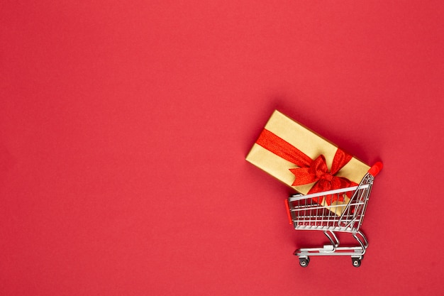 Coffret cadeau sur la vue de dessus de fond rouge. composition plate laïque pour anniversaire, fête des mères ou mariage.