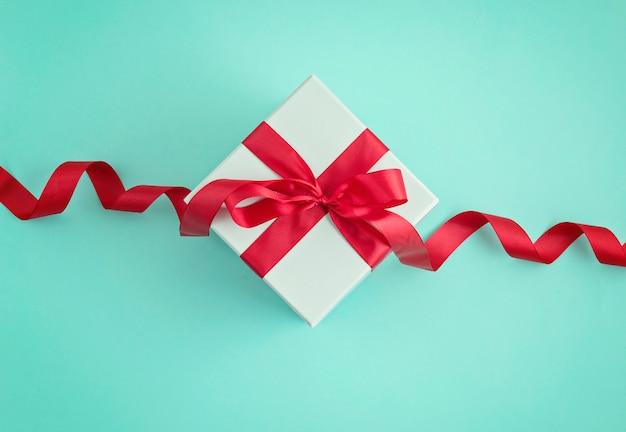 Coffret cadeau vue de dessus avec ruban rouge.