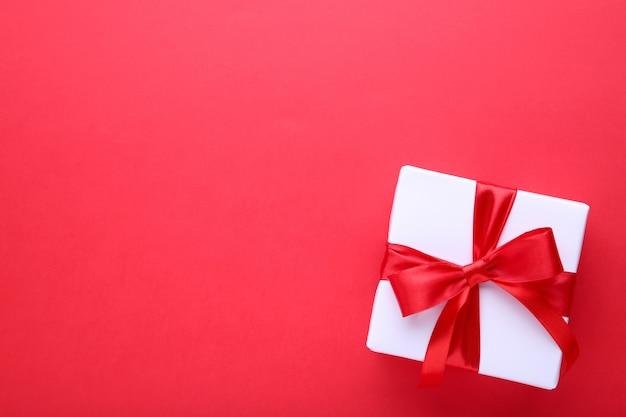 Coffret cadeaux sur fond rouge