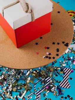 Coffret et confettis colorés