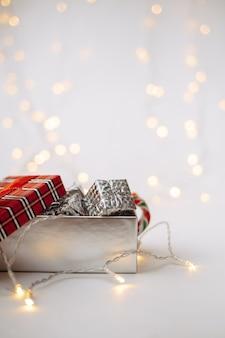 Coffret du nouvel an sur fond blanc avec un bokeh avec une place pour le texte