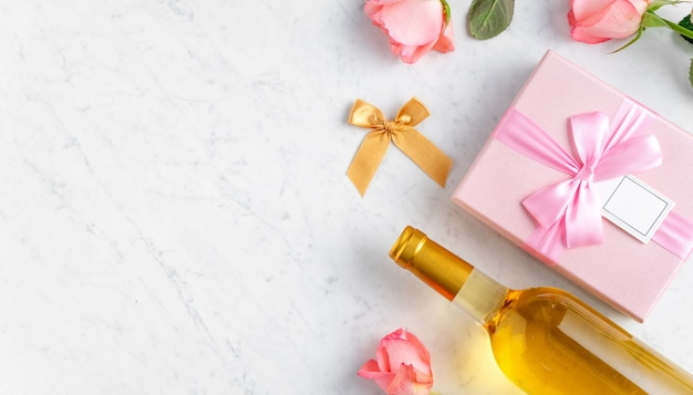 Coffret et fleur rose rose sur fond de table en marbre blanc pour le concept de conception de cadeau de vacances de la saint-valentin.