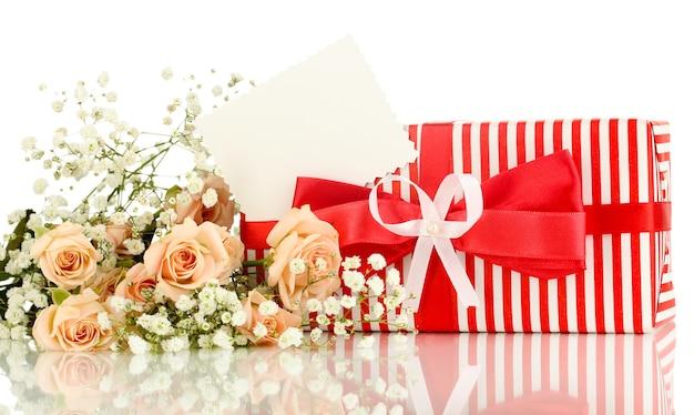 Coffret et fleurs isolated on white