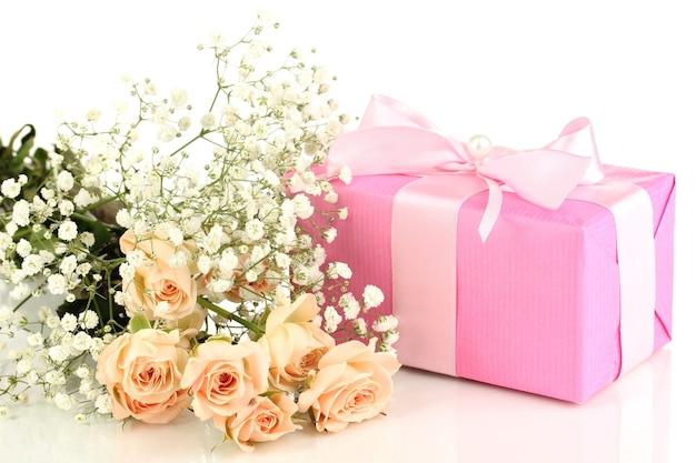 Coffret et fleurs isolés sur une surface blanche