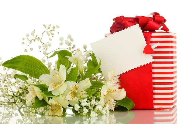 Coffret et fleurs isolés