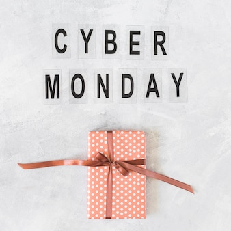 Coffret avec inscription cyber ​​monday