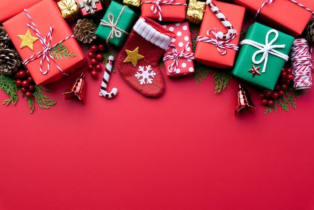 Coffret noël avec des chaussettes rouges et une décoration sur fond rouge.