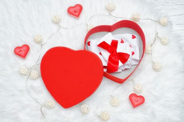 Coffret ouvert en forme de coeur.