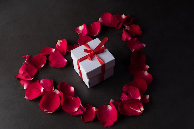 Coffret avec rose rouge