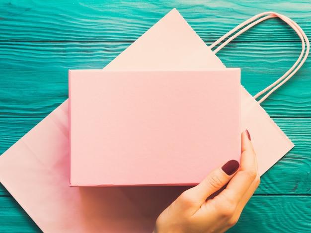 Coffret rose sur sac à provisions