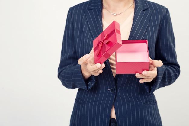 Coffret rouge de femme d'affaires