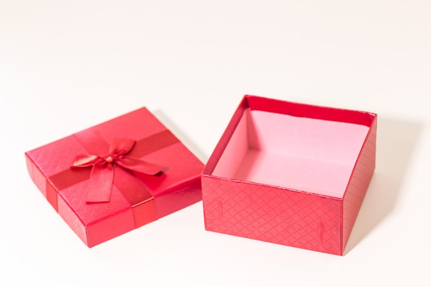 Coffret rouge sur une planche en bois. concept pour la saint valentin.