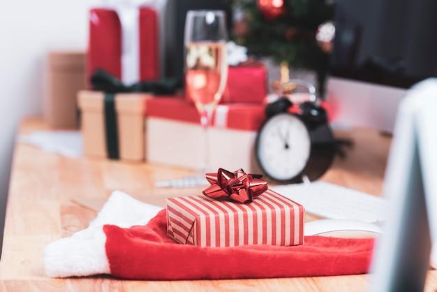 Coffret rouge en vacances de noël au bureau avec décoration de noël sur table.