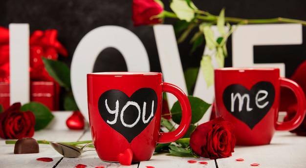Coffret saint valentin amour lettres en bois sur fond rustique blanc