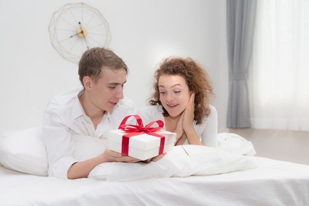 Coffret surprise de jeunes couples amoureux dans la chambre