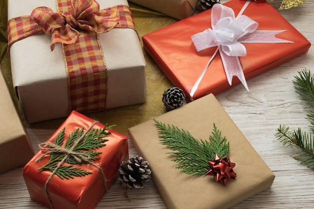 Coffrets cadeaux attachés avec ruban et nœuds de ficelle