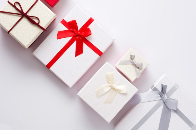Coffrets cadeaux blancs et rouges isolés sur blanc